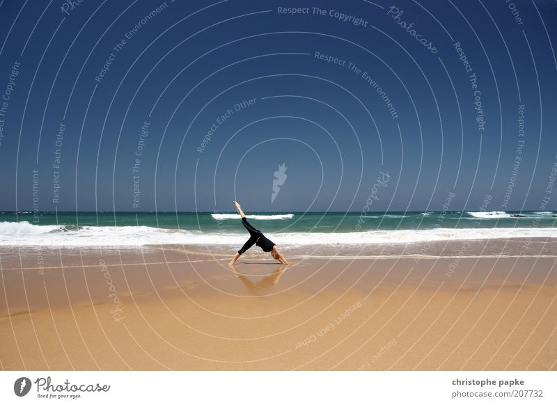 Upside Down Mensch Jugendliche Ferien & Urlaub & Reisen Sonne Sommer Meer Strand Erwachsene Erholung Sport Küste Horizont Gesundheit Wellen Tourismus