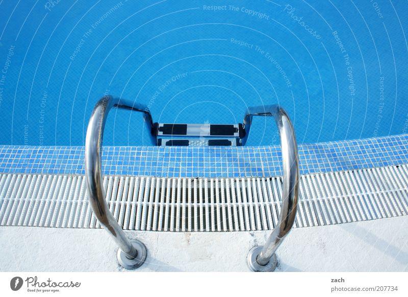 Hitzefrei für alle! Ferien & Urlaub & Reisen Sommerurlaub Schwimmbad Metall Wasser blau weiß Beckenrand Farbfoto Außenaufnahme Menschenleer Textfreiraum oben