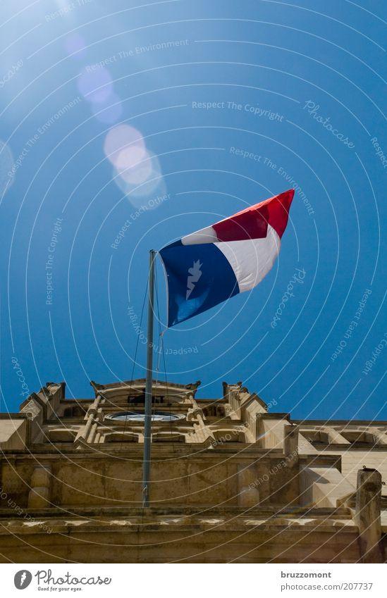 Le jour de gloire est arrivé! weiß Sonne blau rot Sommer Ferien & Urlaub & Reisen Gefühle Freiheit Gebäude Architektur Fassade Ausflug Tourismus Fahne