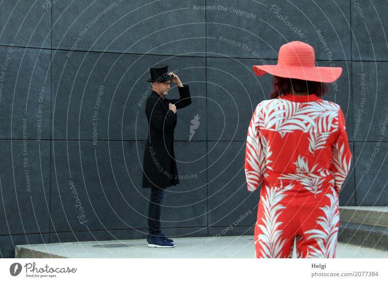 AST 10   Lady trifft Gentleman Mensch Frau Mann weiß rot Erwachsene Leben Wand Senior feminin Mauer außergewöhnlich grau maskulin Treppe 45-60 Jahre