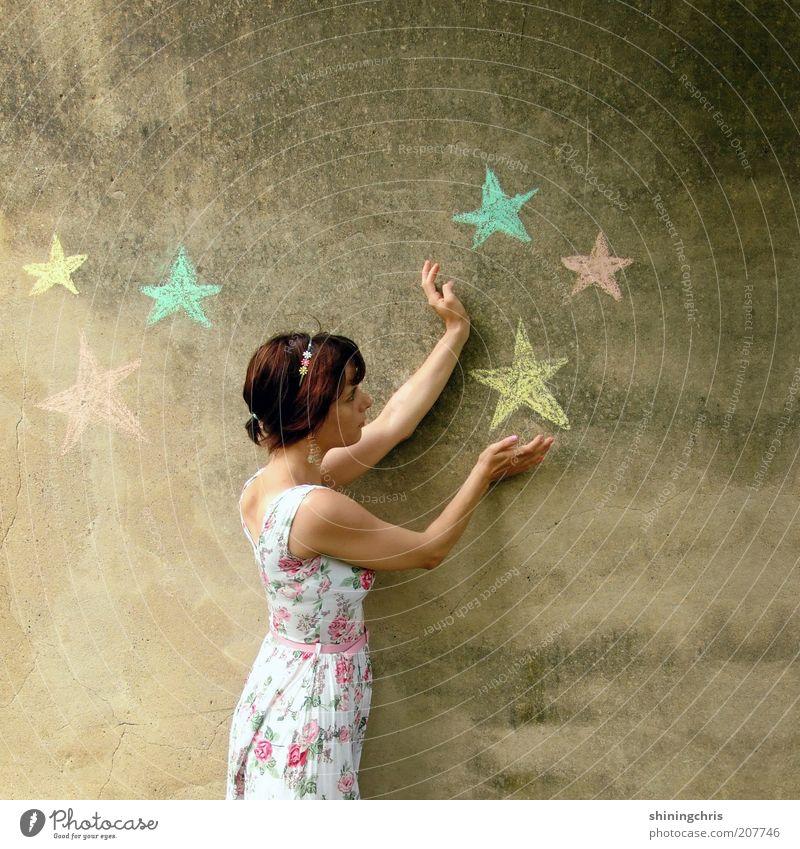 sterne einfangen. Mensch Natur Jugendliche schön feminin Wand träumen Kraft Kunst Erwachsene Beton Stern (Symbol) Kleid Sehnsucht Zeichen