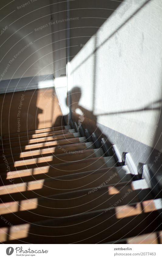Zweite Etage Mensch Mann Haus Fenster Wand Textfreiraum Häusliches Leben Treppe Niveau Geländer Wohnhaus Treppenhaus Treppengeländer Altbau aufsteigen