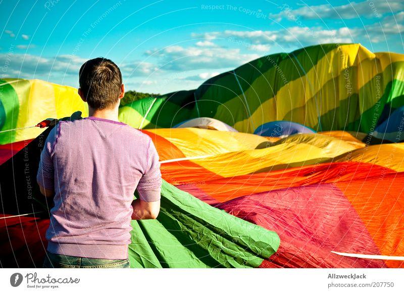 Stoffmeer Ballonfahrt Sommer maskulin Junger Mann Jugendliche Erwachsene Leben 1 Mensch 18-30 Jahre Ballone Abenteuer mehrfarbig Farbfoto Außenaufnahme Tag