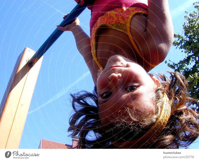 die welt steht Kopf Kind Freude Spielen Geschwindigkeit gefährlich Spielplatz Blauer Himmel verkehrt