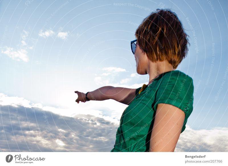 directions Mensch Himmel Jugendliche Hand grün schön Sommer Wolken oben Haare & Frisuren Finger Erfolg Aktion Zukunft Hilfsbereitschaft