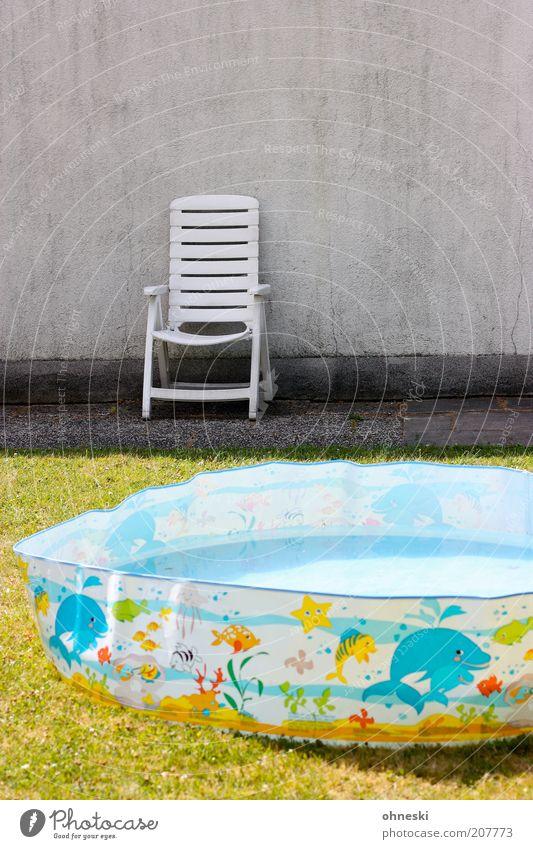 Ich bin dann mal weg! Freizeit & Hobby Ferien & Urlaub & Reisen Sommer mehrfarbig Planschbecken Stuhl Wand Farbfoto Schatten Sonnenlicht Gartenstuhl Klappstuhl