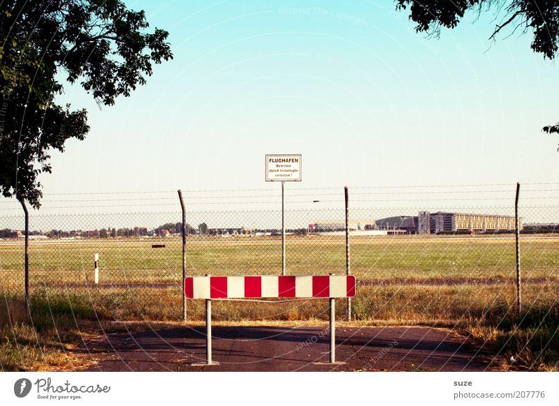 Ab hier fliegen Natur Sommer Landschaft Umwelt Straße Wege & Pfade Schilder & Markierungen Luftverkehr Hinweisschild Schönes Wetter einfach
