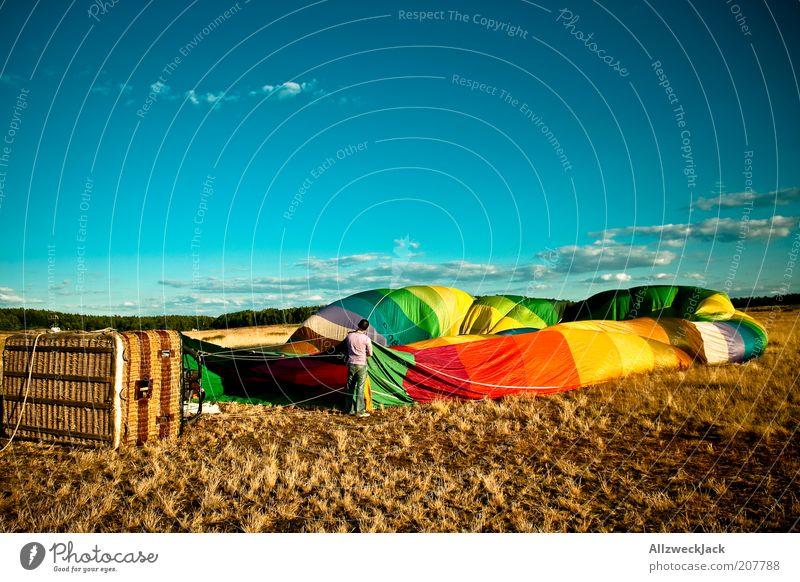 startvorbereitungen Ballonfahrt Ballonkorb maskulin 1 Mensch Schönes Wetter Feld Ballone Abenteuer einrichten blasen Farbfoto mehrfarbig Außenaufnahme Tag