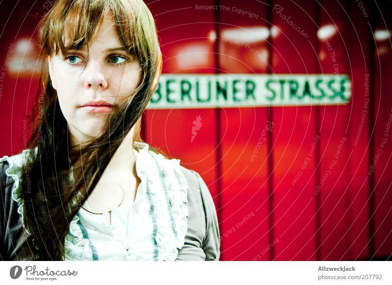 monopoly Jugendliche rot Einsamkeit Berlin feminin warten Erwachsene rosa Wind Schilder & Markierungen Schriftzeichen natürlich Bahnhof Verkehrswege brünett