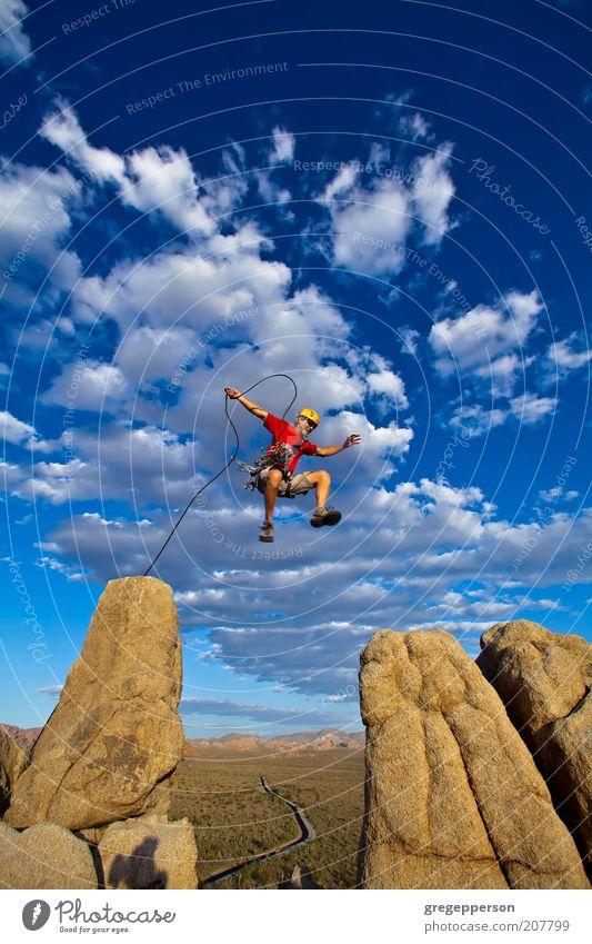 Kletterer springt über den Spalt. Abenteuer Klettern Bergsteigen Seil Mann Erwachsene 1 Mensch 30-45 Jahre Natur Gipfel Helm springen sportlich hoch