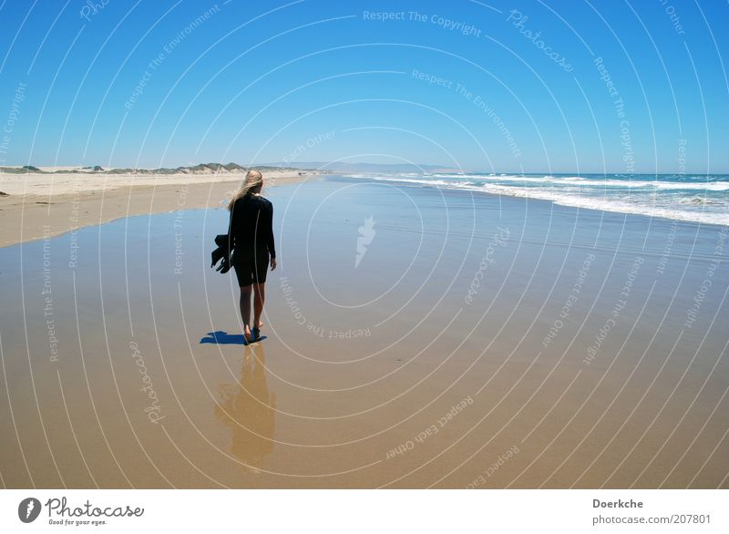 Windy Beach Frau Mensch Natur Wasser Himmel Meer Sommer Strand Ferien & Urlaub & Reisen schwarz Einsamkeit feminin Sand Landschaft blond Erwachsene