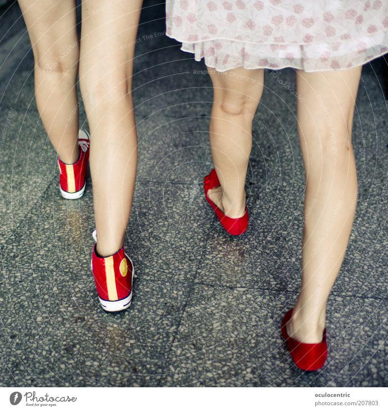 kopflos Mensch schön rot feminin Bewegung Freundschaft Beine Zusammensein gehen Bekleidung Fröhlichkeit modern ästhetisch dünn China Turnschuh
