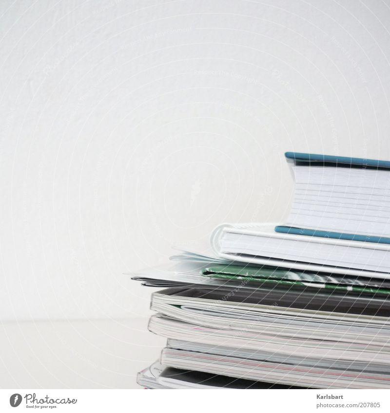 ausschnitt. literarisch. Linie Buch Studium Bildung Zeitung Medien Stapel Printmedien Zeitschrift Textfreiraum links Kontrast