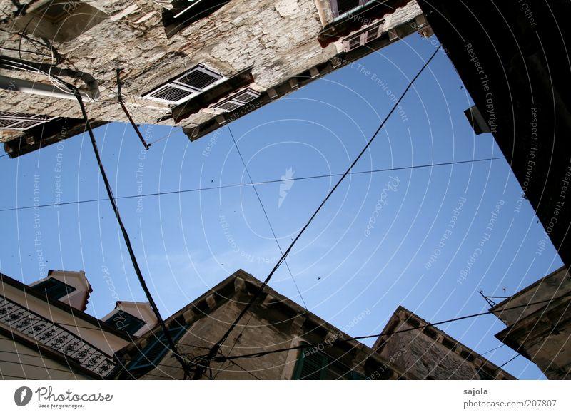 himmelsloch in šibenik Himmel Wolkenloser Himmel Wetter Schönes Wetter Kroatien Europa Balkan Stadt Haus Gebäude Architektur Mauer Wand Fenster blau grau Kabel