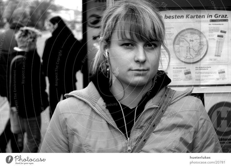 listen to music Frau Mensch feminin Musik warten blond Straßenbahn Porträt MP3-Player