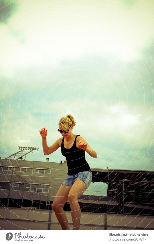 urban- chic(k) Mensch Frau Himmel Jugendliche Sommer Freude Wolken Erwachsene Leben feminin Spielen Glück Stimmung Zufriedenheit blond Tanzen