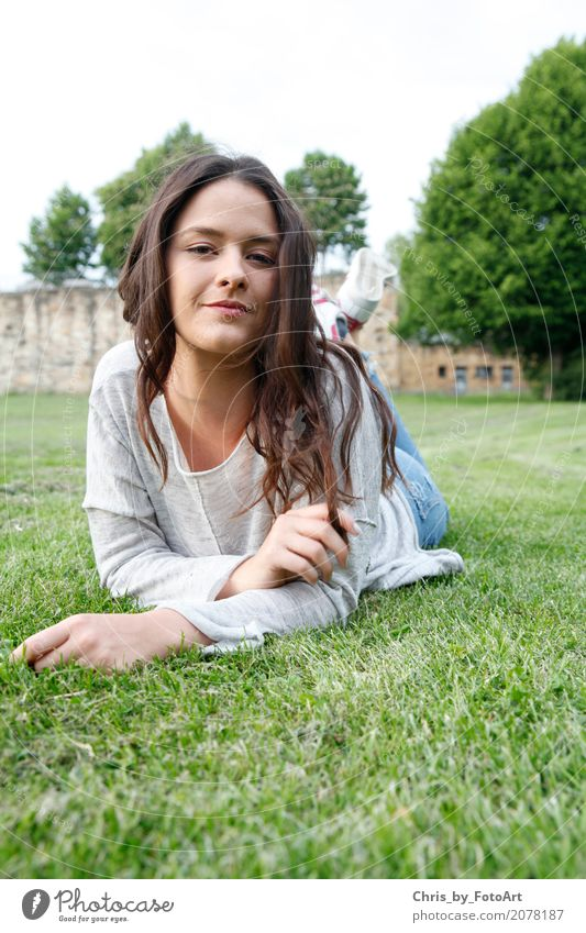 chris_by_fotoart Lifestyle feminin Junge Frau Jugendliche 1 Mensch 18-30 Jahre Erwachsene Schönes Wetter Park Wiese Landkreis Esslingen Burg oder Schloss