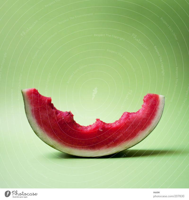 Vorsicht bissig! Lebensmittel Frucht Dessert Ernährung Bioprodukte Vegetarische Ernährung Diät frisch lecker saftig süß grün rot Appetit & Hunger beißen Biss