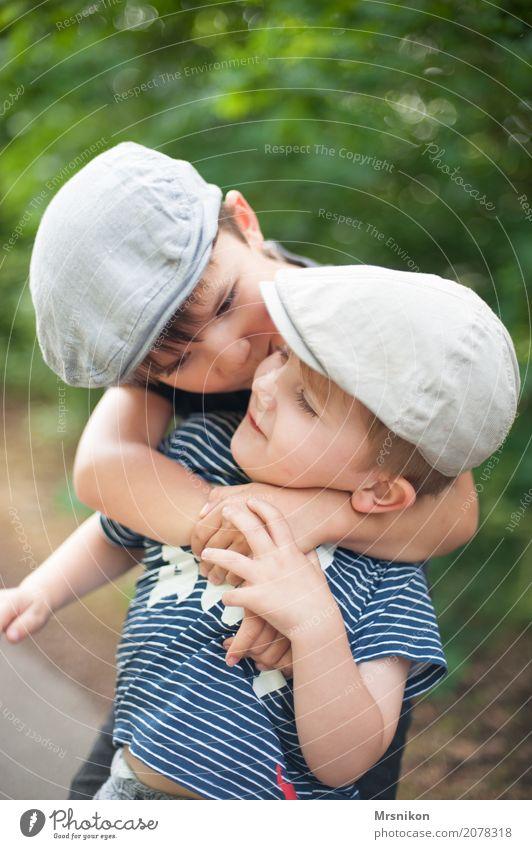 Brüder Mensch Kind Freude Leben lustig Junge Familie & Verwandtschaft Spielen Glück Kindheit Lächeln Hut Konflikt & Streit Kleinkind Umarmen Bruder