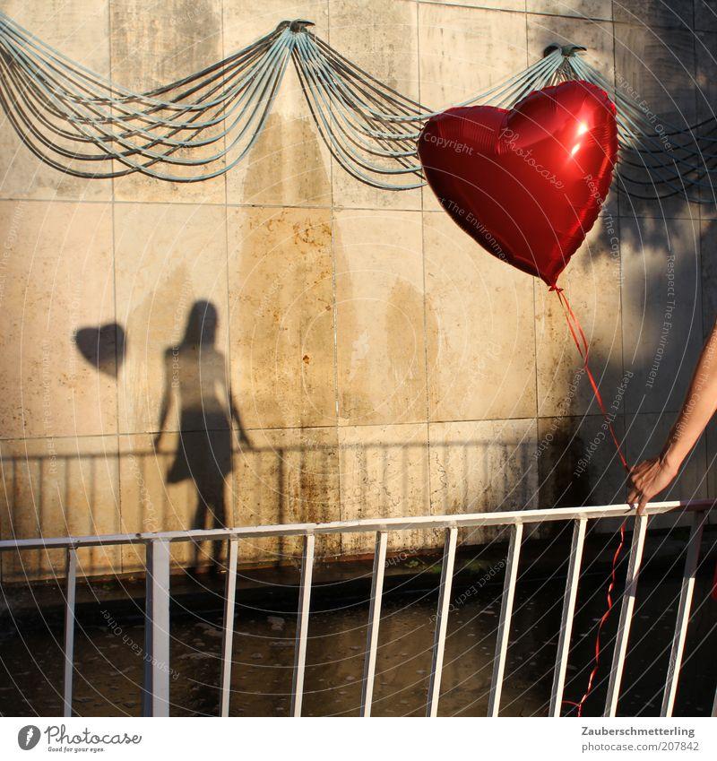 PS: Danke für den wunderbaren Tag! Flirten feminin Junge Frau Jugendliche Luftballon Herz stehen warten ästhetisch außergewöhnlich weich Gefühle Stimmung