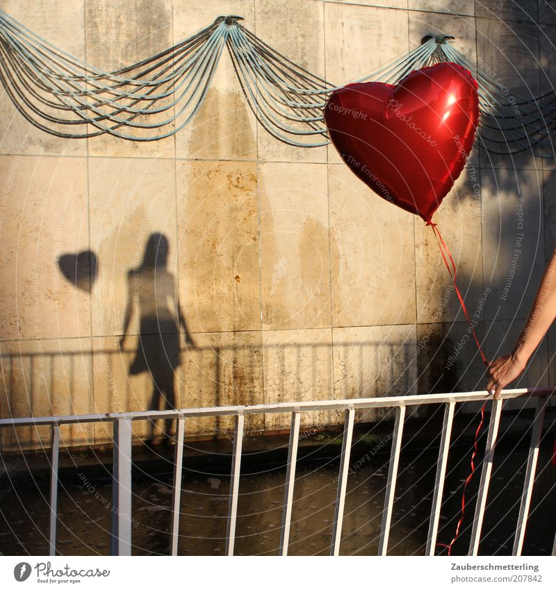 PS: Danke für den wunderbaren Tag! Jugendliche Junge Frau Einsamkeit Gefühle feminin Liebe Glück außergewöhnlich Stimmung stehen warten ästhetisch Herz weich