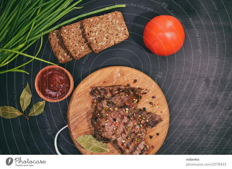Gegrilltes Rindfleisch auf einem Holzbrett Fleisch Gemüse Brot Kräuter & Gewürze Ernährung Mittagessen Abendessen Tisch Küche Essen frisch oben grün schwarz