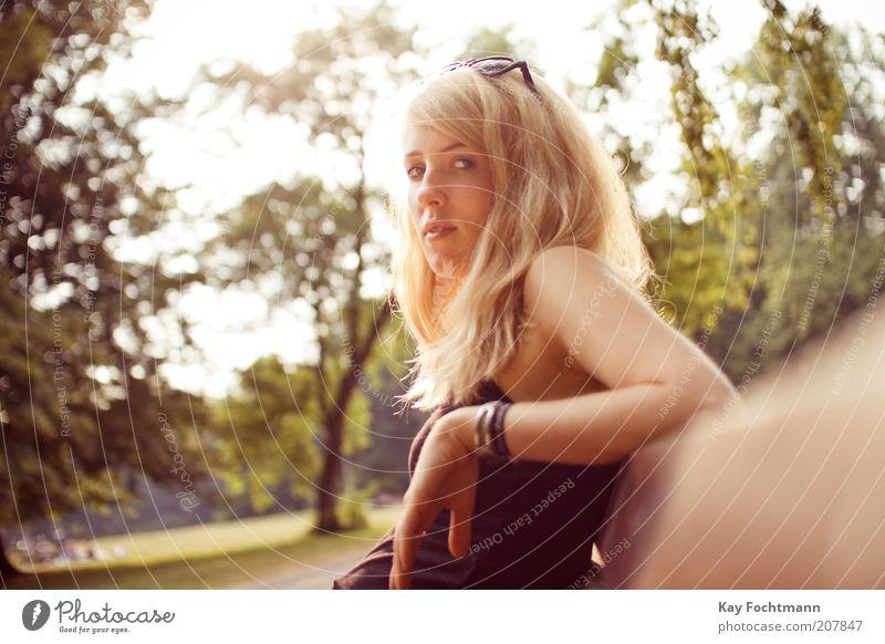 into the light Himmel Jugendliche schön Baum Sommer Erwachsene feminin Park blond sitzen Junge Frau 18-30 Jahre beobachten Bank Schönes Wetter 13-18 Jahre