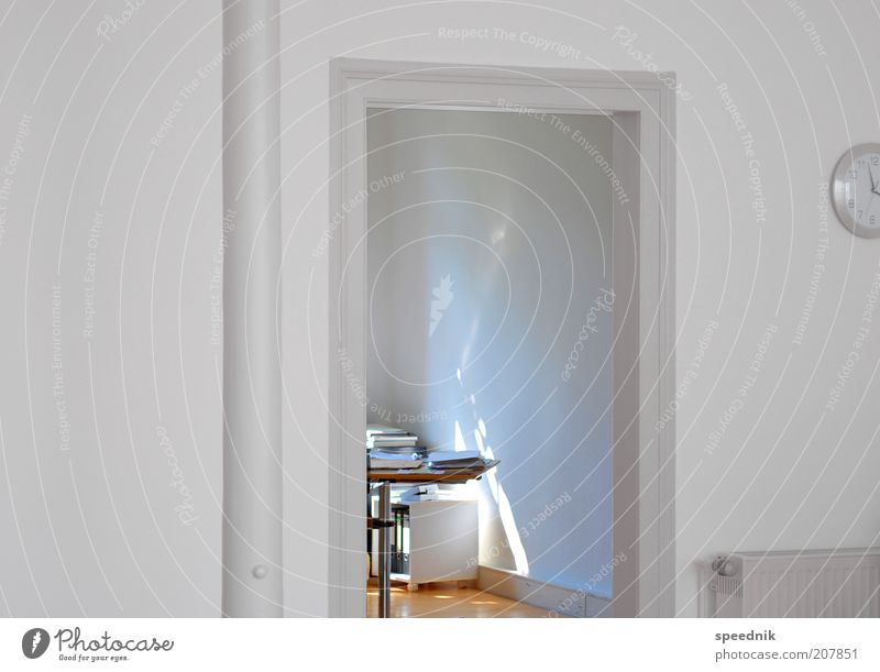 Lieblingsplatz weiß Büro hell Arbeit & Erwerbstätigkeit Tür Wohnung Ordnung Design modern ästhetisch Häusliches Leben Sauberkeit positiv Möbel Arbeitsplatz