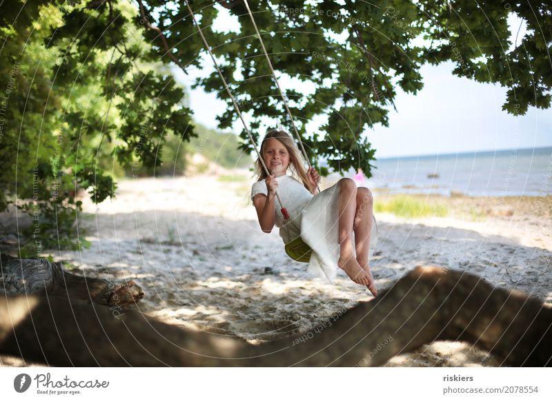 Lieblingsplatz Mensch feminin Kind Mädchen Kindheit 1 Umwelt Natur Sommer Baum Strand entdecken Erholung Lächeln Blick schaukeln Spielen träumen Fröhlichkeit