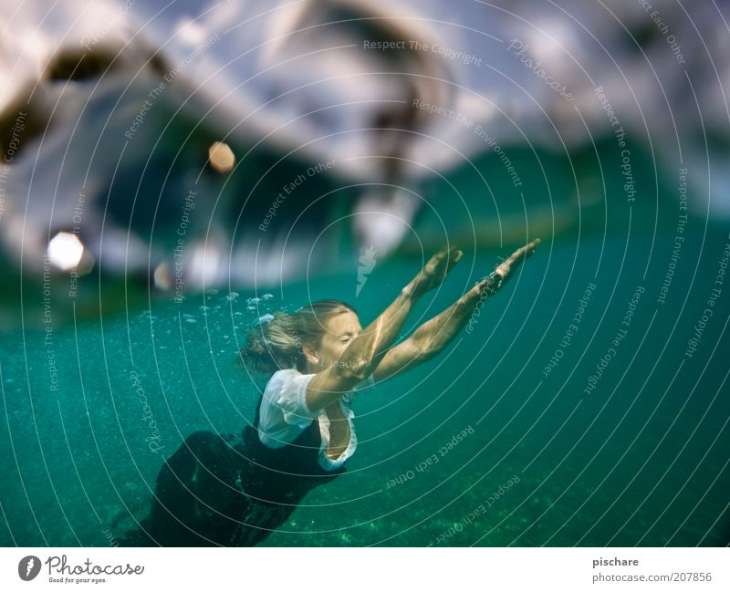 einfach mal abtauchen Jugendliche Wasser blau Sommer Freude Ferien & Urlaub & Reisen Erholung feminin See Zufriedenheit Mode ästhetisch Wellness tauchen Lebensfreude