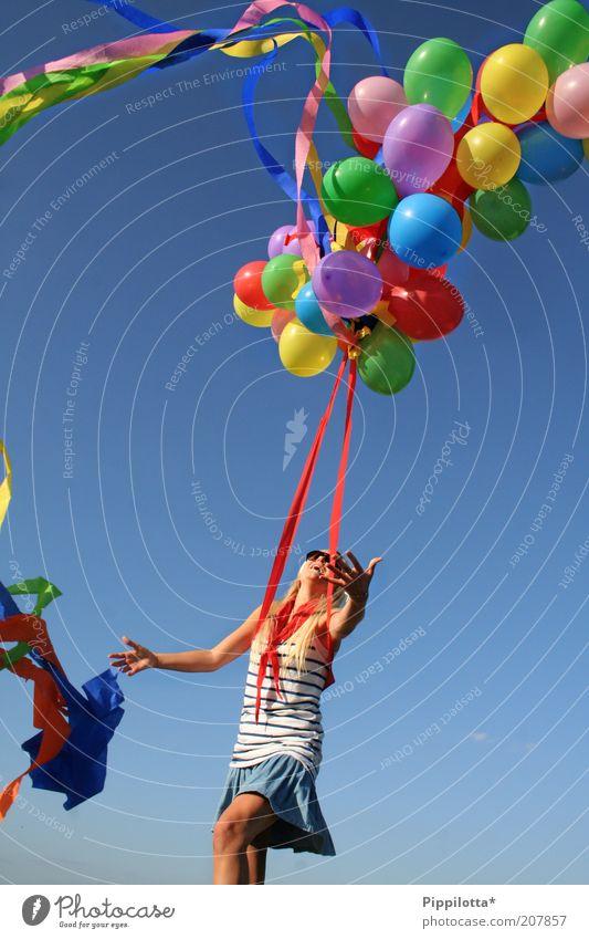 no limit Freude Glück Sommer feminin Jugendliche 18-30 Jahre Erwachsene Tanzen Schönes Wetter Luftballon lachen Spielen träumen frei Fröhlichkeit Unendlichkeit
