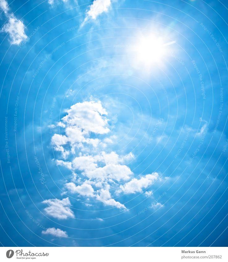 ein Stück Himmel Luft nur Himmel Wolken Sonne Sonnenlicht Schönes Wetter Blauer Himmel hell Farbfoto Außenaufnahme Menschenleer Textfreiraum rechts Tag