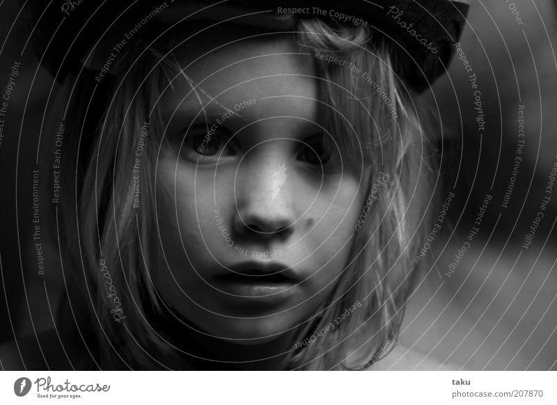 SOPHIE THERES Kind Gesicht Hut blond Blick träumen Traurigkeit authentisch natürlich Wachsamkeit Vorsicht Gelassenheit ruhig Stimmung Schwarzweißfoto Licht