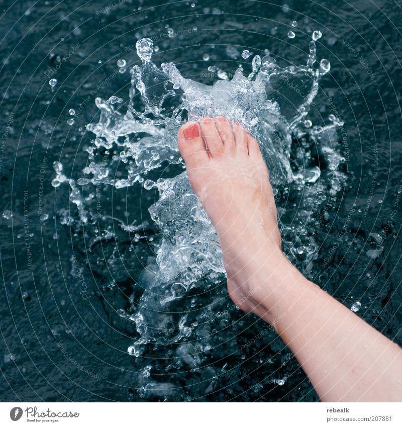 Splash Frau Wasser schön Sommer Leben kalt Erholung feminin Fuß Gesundheit Wassertropfen nass Wellness Schwimmen & Baden Kosmetik