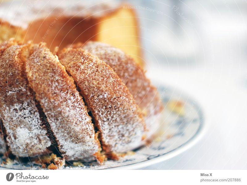 Omas Kuchen II Ernährung Lebensmittel süß lecker Backwaren Teigwaren Krümel selbstgemacht Rührkuchen aufgeschnitten Puderzucker Gugelhupf