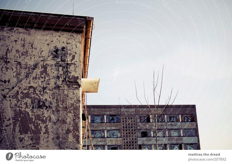 VERFALL Menschenleer Bauwerk Gebäude Architektur Fassade Fenster Zeichen Graffiti alt dunkel eckig kalt trist Farbfoto Gedeckte Farben Außenaufnahme