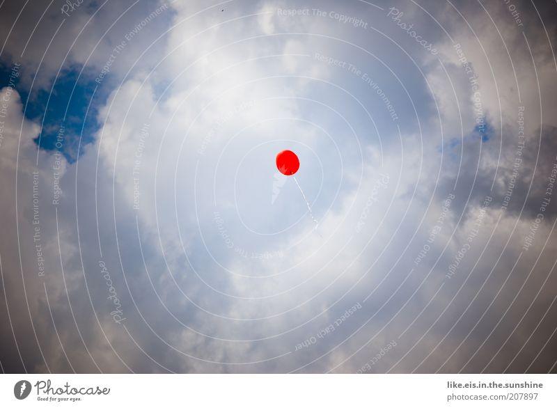 **Wünsch dir was Himmel weiß blau rot Wolken Luft fliegen frei Perspektive Luftballon Wunsch leicht Post Schweben Leichtigkeit einzeln