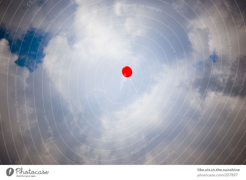**Wünsch dir was Himmel Wolken fliegen frei blau rot weiß Perspektive Luftballon leicht luftig Luftpost Textfreiraum links Textfreiraum rechts Textfreiraum oben