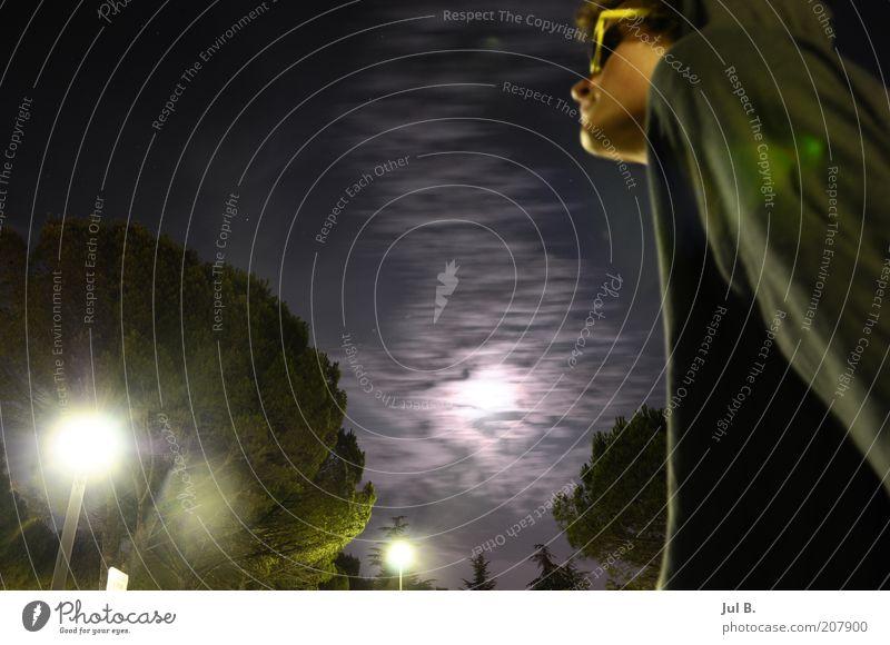 Nacht Schönes Wetter atmen Straßenbeleuchtung Mondschein Wolken dunkel Sonnenbrille Junger Mann 18-30 Jahre Erwachsene Froschperspektive Lichtschein