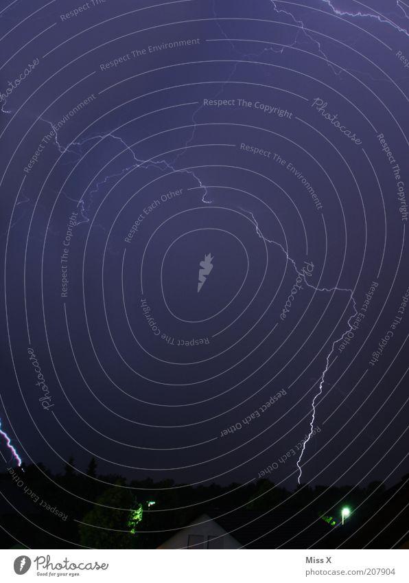 Unwetter Natur Himmel Baum Haus dunkel Angst gefährlich bedrohlich Klima Blitze Gewitter Respekt Klimawandel schlechtes Wetter blitzen