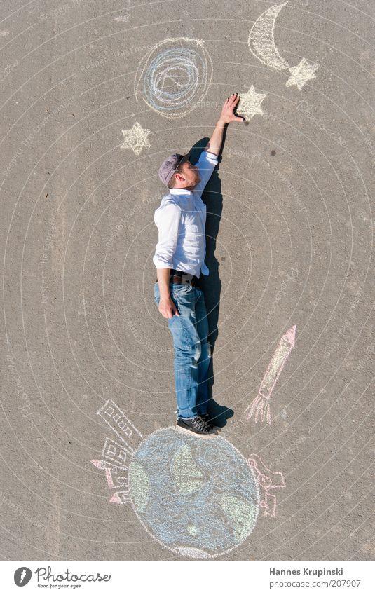 die welt ist nicht genug Mensch Himmel Jugendliche Sonne Junger Mann Erde maskulin Kraft hoch groß Beton Stern Abenteuer Macht Hoffnung