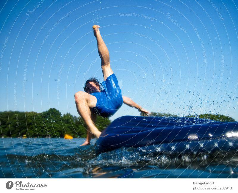 B-Note Mensch Mann Natur Jugendliche blau Wasser Ferien & Urlaub & Reisen Sommer Freude Erwachsene Leben Spielen Freiheit Bewegung springen Beine