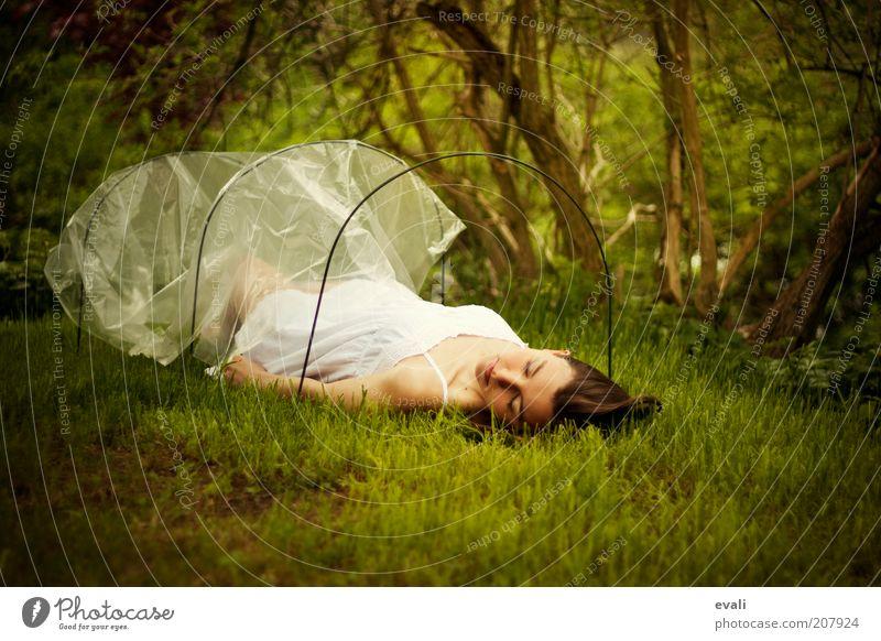 Stuck Mensch feminin Junge Frau Jugendliche Erwachsene 1 18-30 Jahre liegen schlafen grün weiß Stimmung Schutz Farbfoto Außenaufnahme Textfreiraum unten Tag