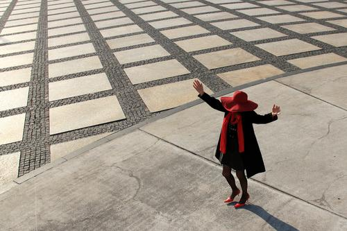 AST 10 | sie tanzt ... Mensch Frau Stadt schön rot Einsamkeit schwarz Erwachsene Leben Senior Bewegung feminin außergewöhnlich Freiheit Stein grau