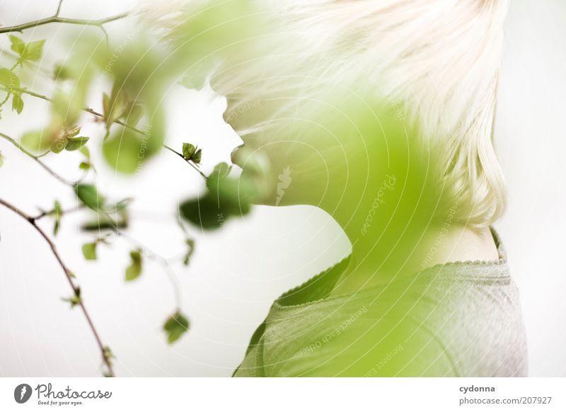 Standbild Mensch Natur Jugendliche schön Pflanze Blatt ruhig Erwachsene Leben Frühling Stil träumen Gesundheit Zufriedenheit blond Lifestyle