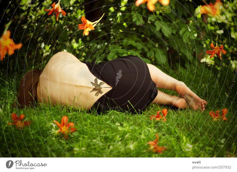 Bloom again Frau Mensch grün Sommer Blume ruhig Erwachsene feminin Gras Garten Blüte träumen Park Fuß orange Körper