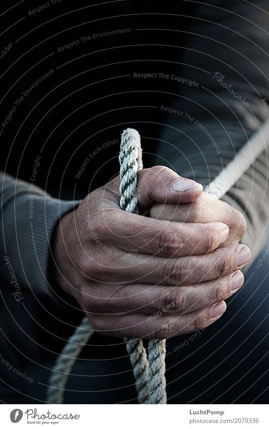 Fest im Griff maskulin Hand Finger Hautfalten Seil Fischer Wasserfahrzeug maritim Einsamkeit Schatten Stolz vergerbt ledrig Arbeit & Erwerbstätigkeit Arbeiter