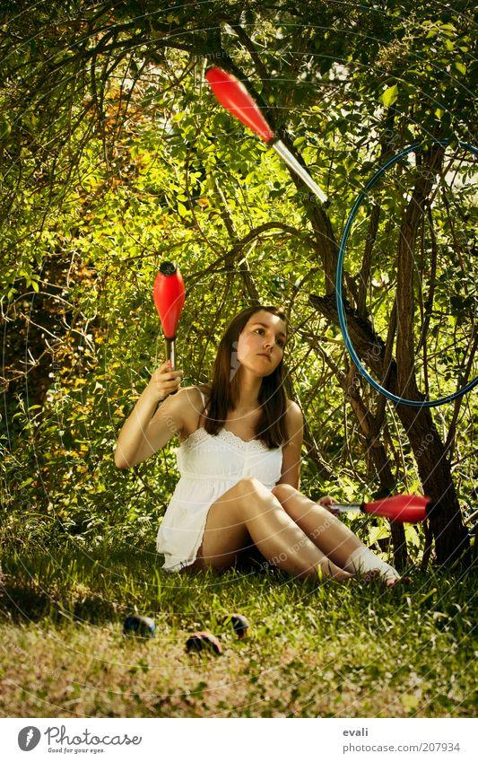 Bruised Artist Junge Frau Jugendliche Erwachsene 1 Mensch 18-30 Jahre Zirkus Jongleur jonglieren Baum Gras Sträucher Keule träumen Traurigkeit werfen Gefühle