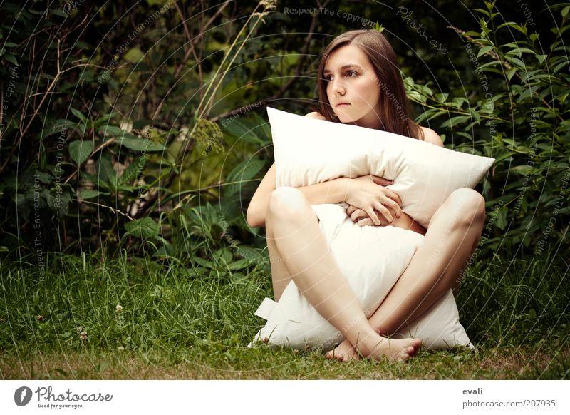 Pure me feminin Junge Frau Jugendliche Erwachsene Körper Gesicht Hand Beine 18-30 Jahre Gras Sträucher Garten Denken authentisch nackt natürlich grün weiß