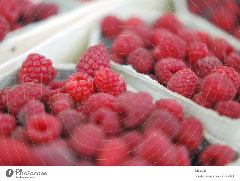 Himbeeren Lebensmittel Frucht Ernährung Bioprodukte Vegetarische Ernährung klein lecker saftig sauer süß Beeren Marktstand Wochenmarkt Farbfoto mehrfarbig